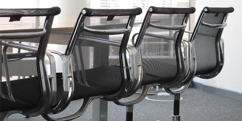 Stühle an Konferenztisch